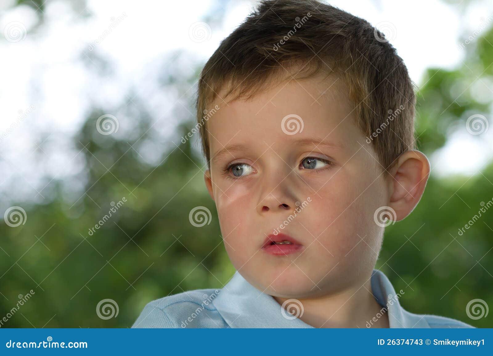 Kleiner Junge, der rechts sein in der Landschaft schaut