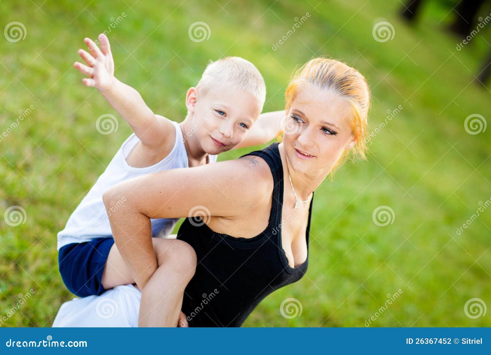 Kleiner Junge, der Spaß mit seiner Mutter hat
