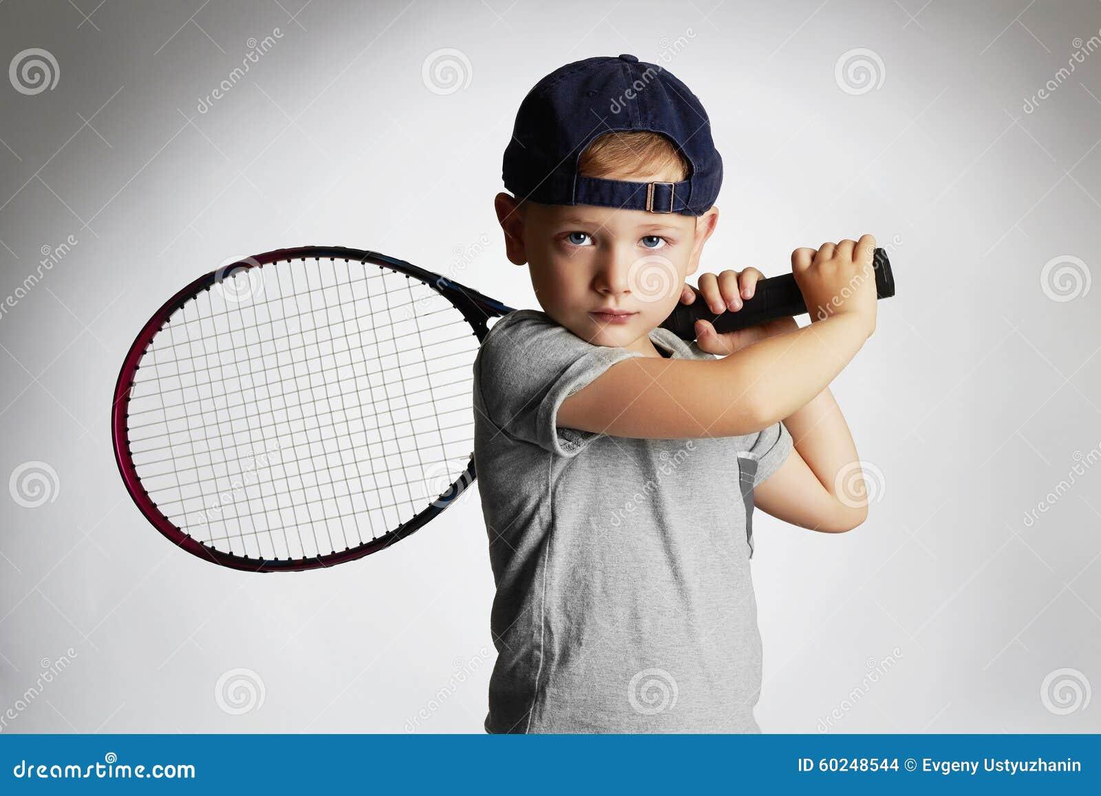 Kleiner Junge, der Tennis spielt Sportkinder Kind mit Tennis-Schläger