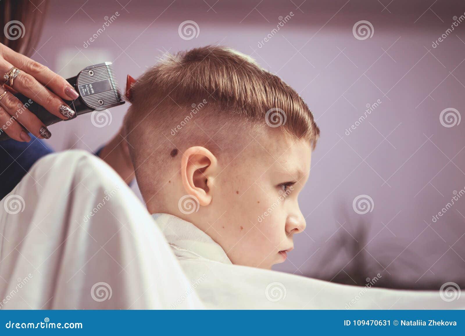 Kleiner Junge Am Friseur Kind Wird Von Den Haarschnitten Erschrocken