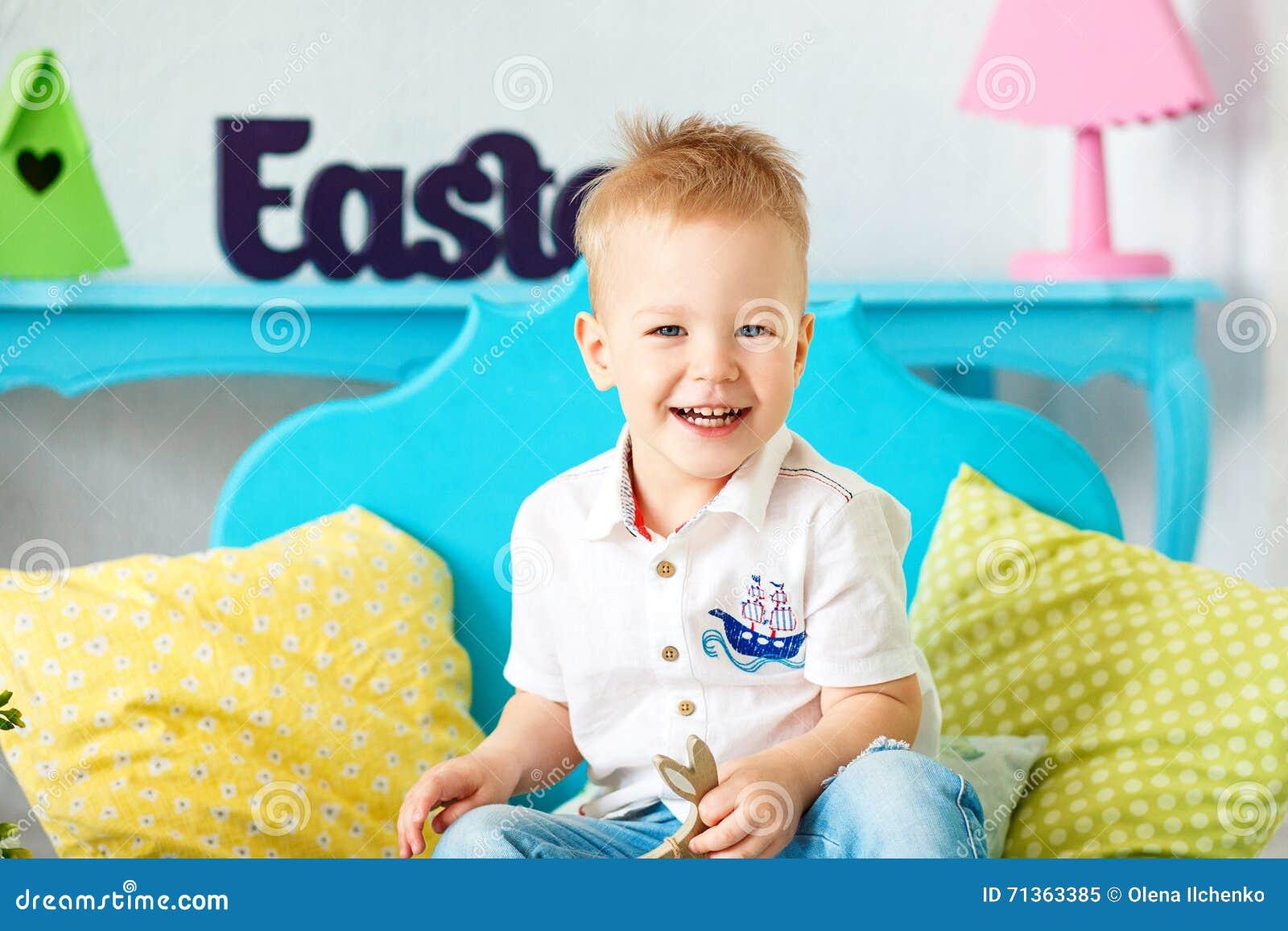 kleiner junge 2 3 jahre blonde haar die auf dem boden und dem lachen sitzen stockbild bild. Black Bedroom Furniture Sets. Home Design Ideas
