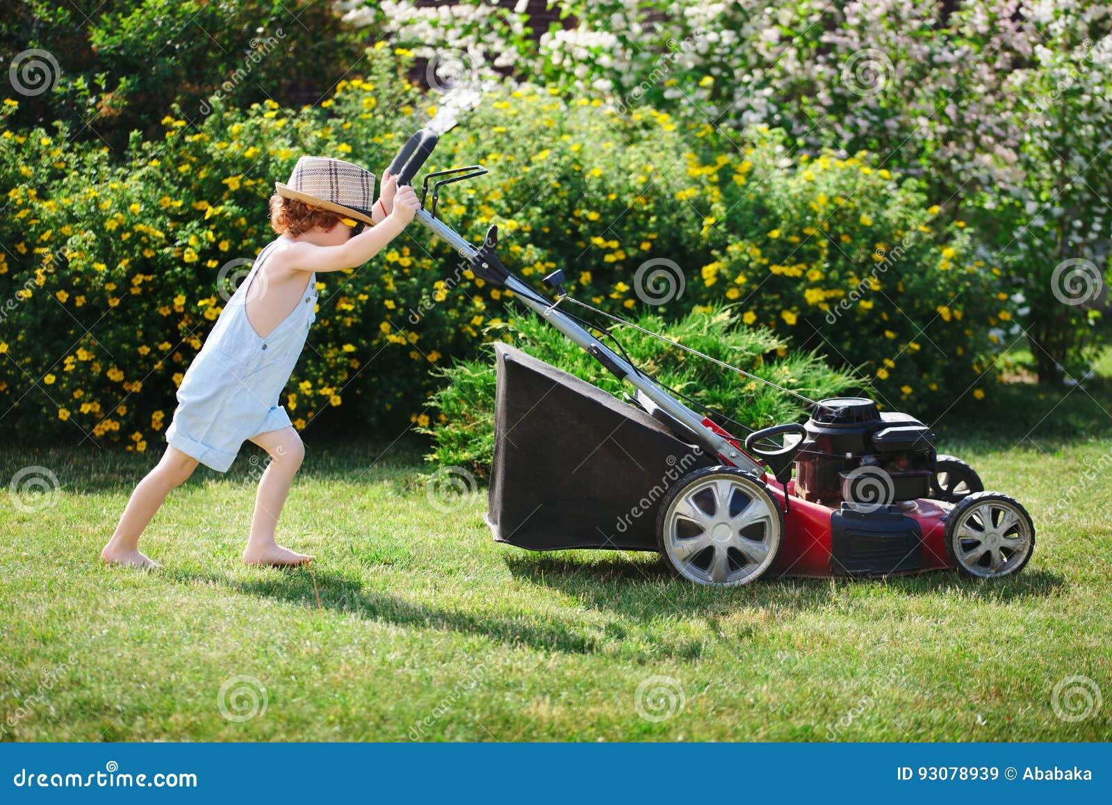 Kleiner Junge Maht Rasen Mit Maher Stockbild Bild Von Grun Maher