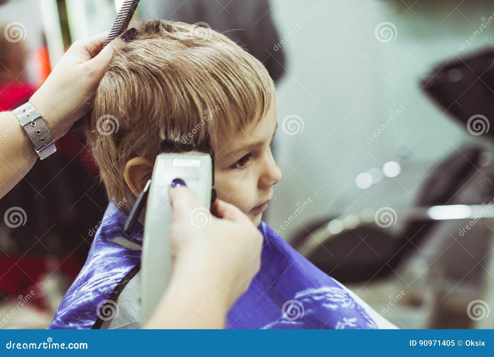 Kleiner Junge Macht Frisur Am Friseur Stockbild Bild Von Schon