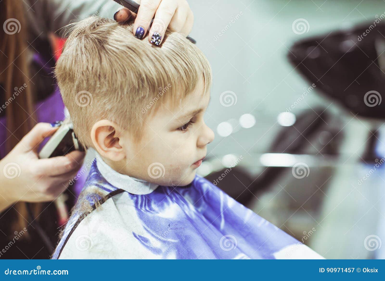Kleiner Junge Macht Frisur Am Friseur Stockbild Bild Von Abnehmer
