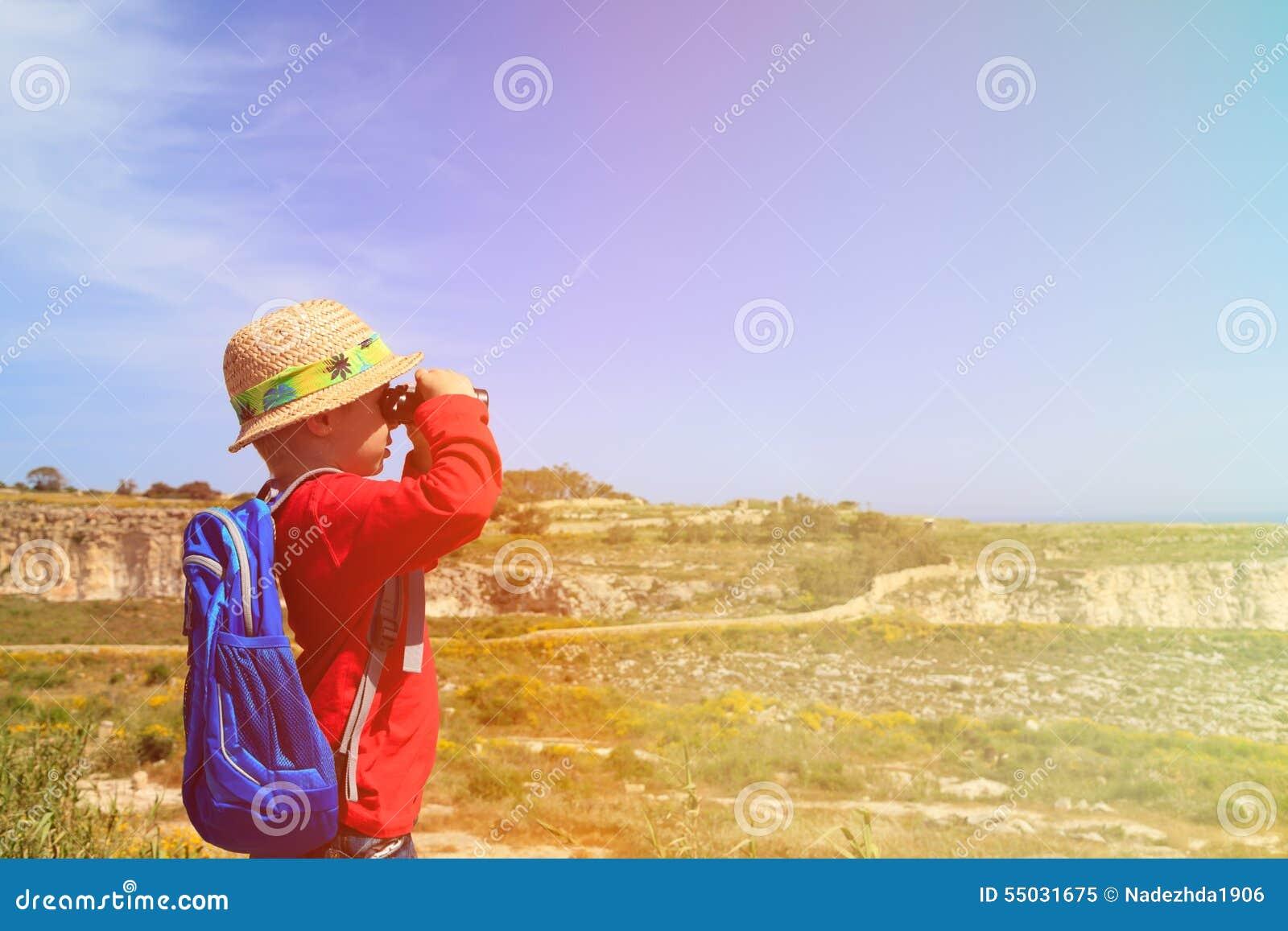 Frau wandern und schauen durch ein fernglas stockfoto bild
