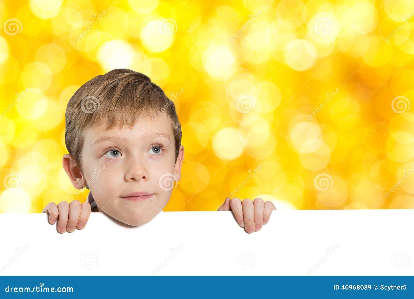 Kleiner Junge mit leerem Raum