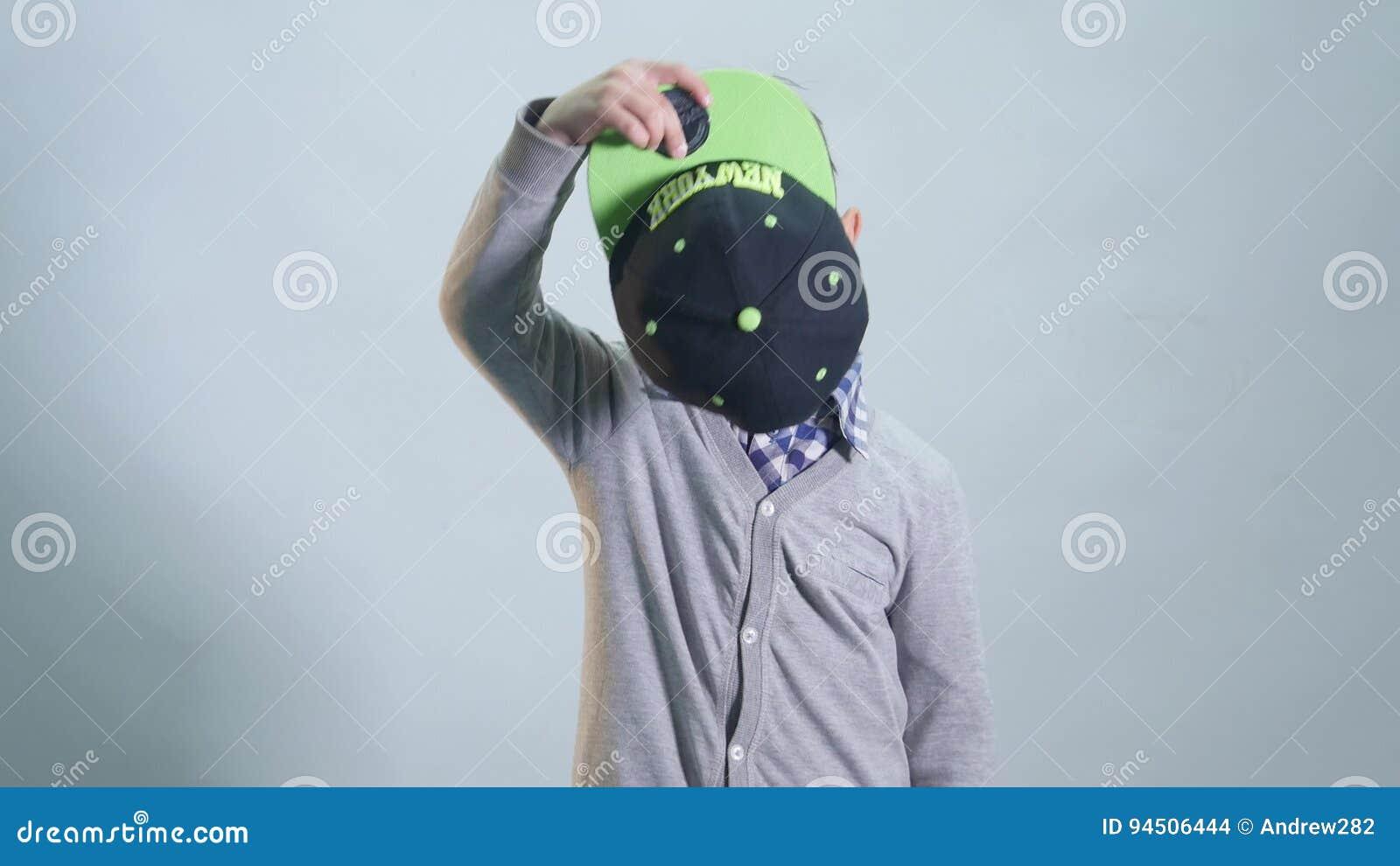 Kleiner Junge mit zahnlos Lächeln trägt eine Kappe stock footage
