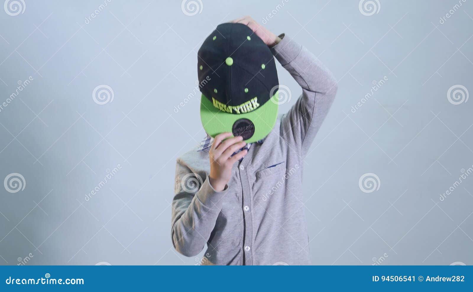 Kleiner Junge mit zahnlos Lächeln trägt eine Kappe stock video