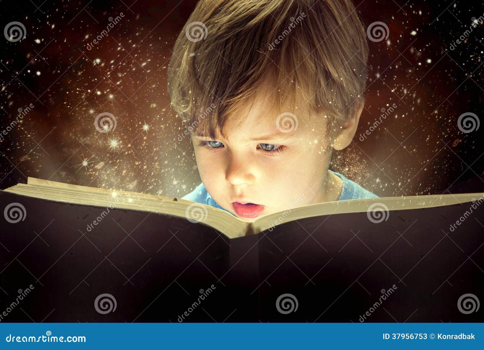 Kleiner Junge und das magische Buch