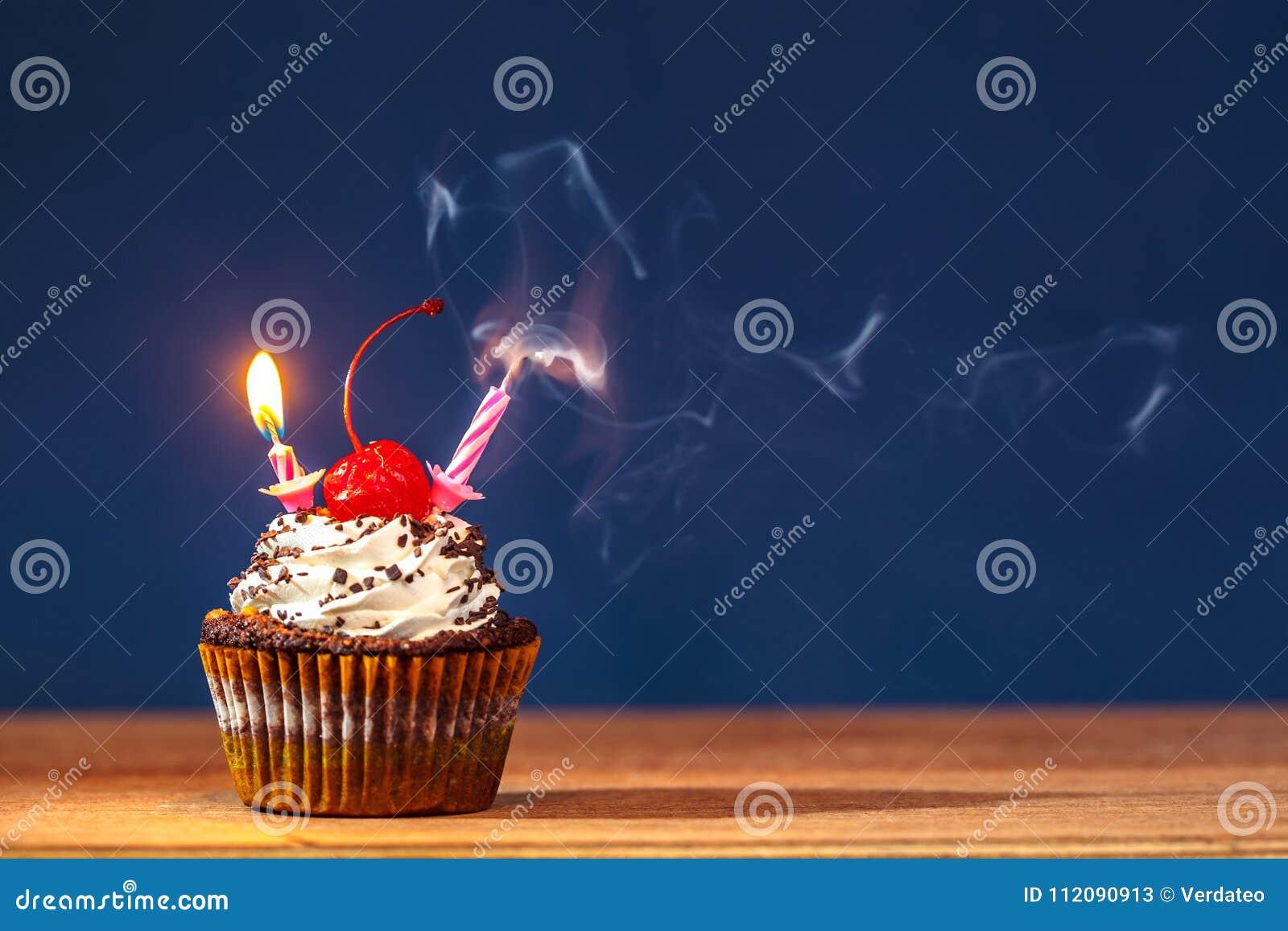 Kleiner Kuchen Mit Geblasenen Heraus Brennenden Kerzen Auf Die