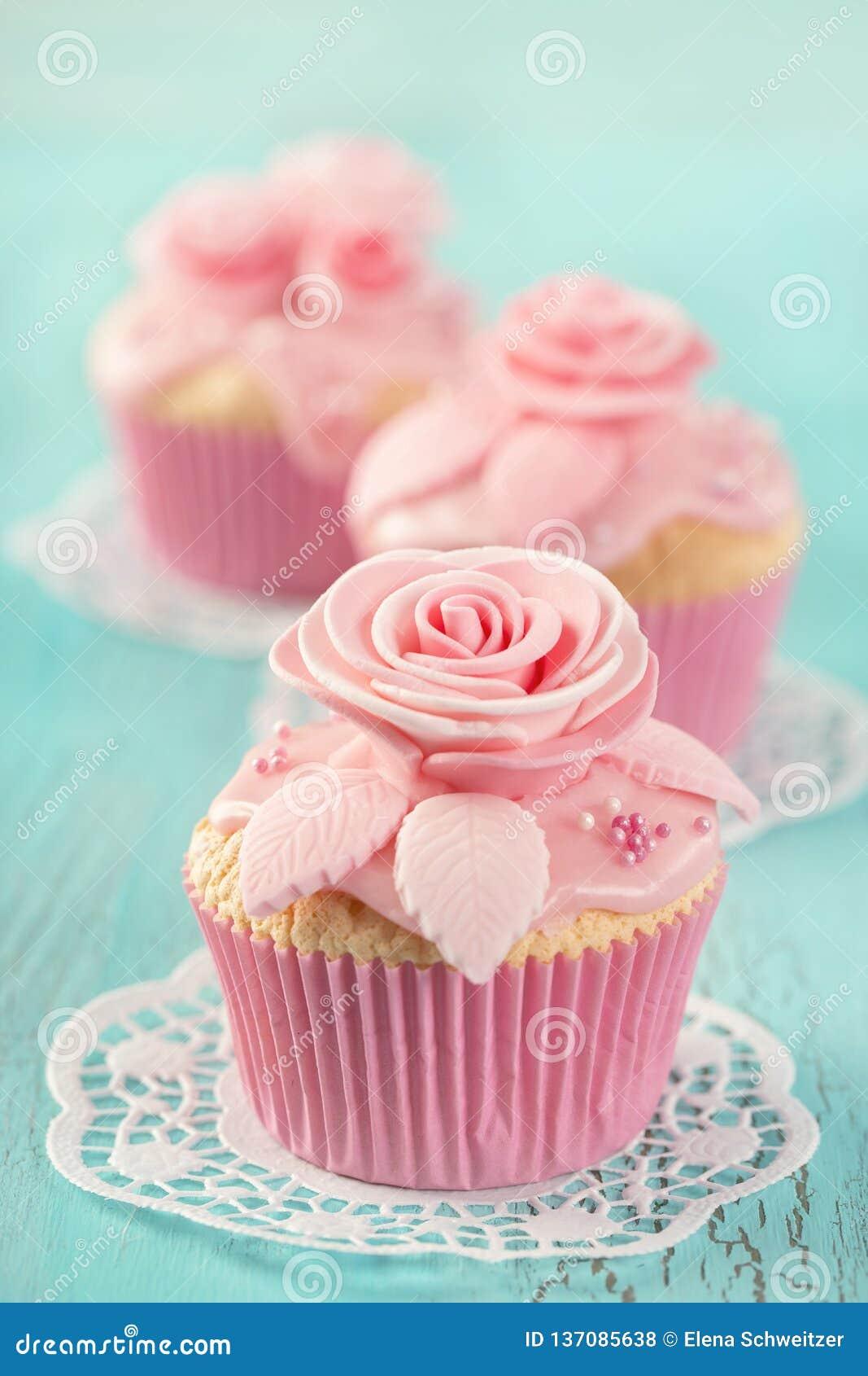 Kleiner Kuchen mit rosa Blumen