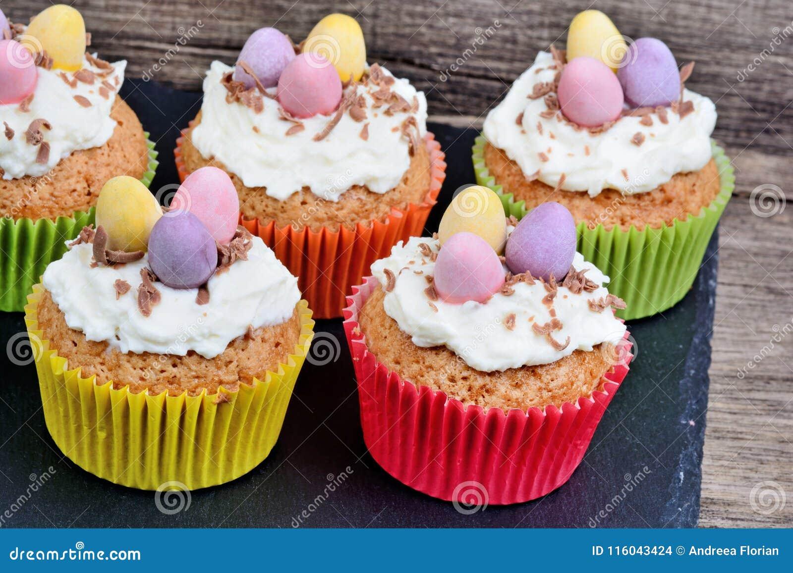 Kleiner Kuchen Mit Schokoladeneiern Und Creme Auf Schiefer
