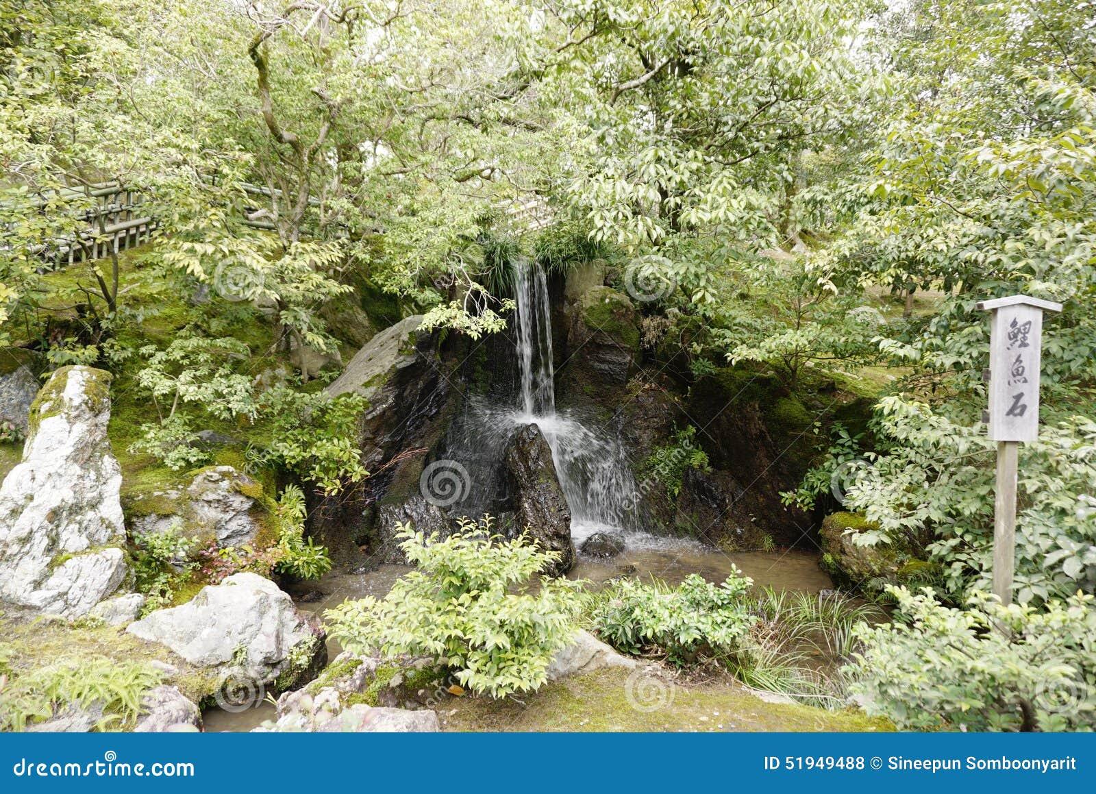 Kleiner Naturlicher Wasserfall Im Zengarten Stockfoto Bild Von