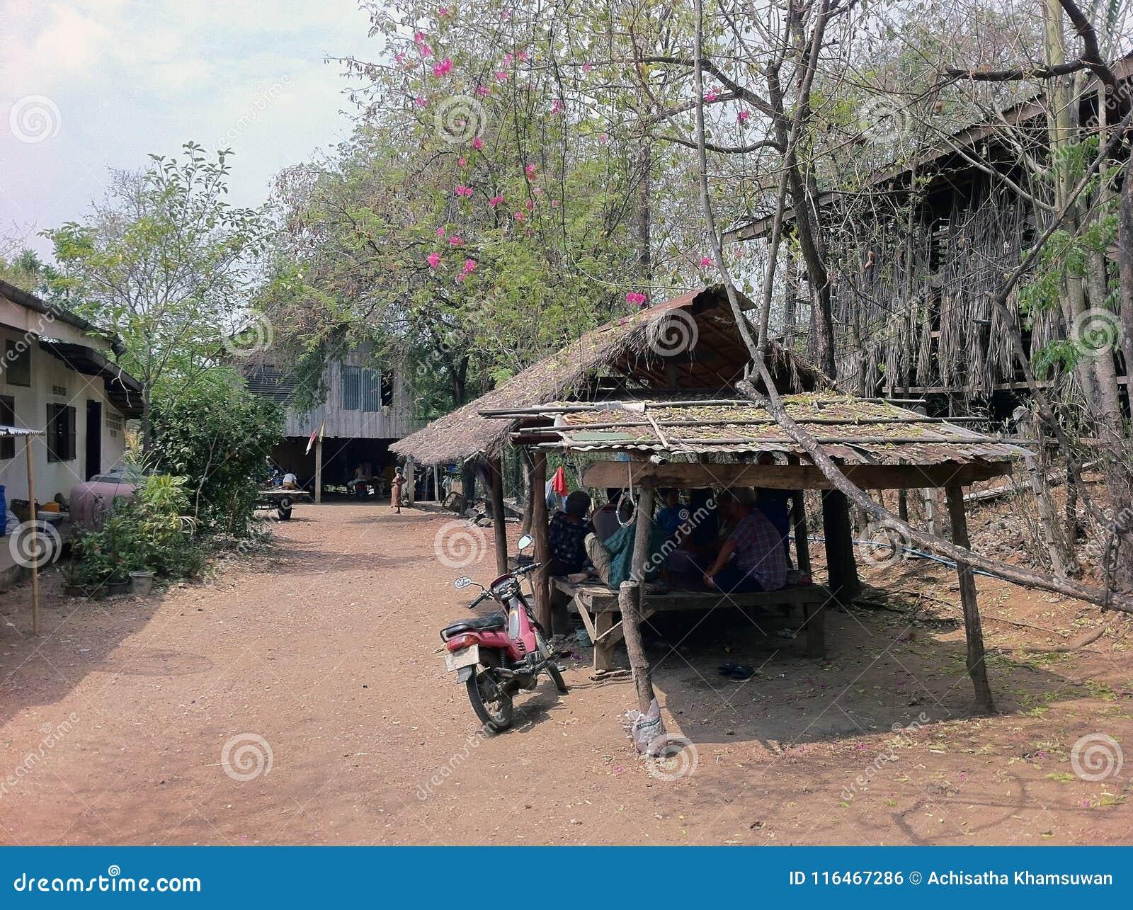 Kleiner Pavillon des thailändischen Einheimischen unter dem Baum von Bouganvilla flo