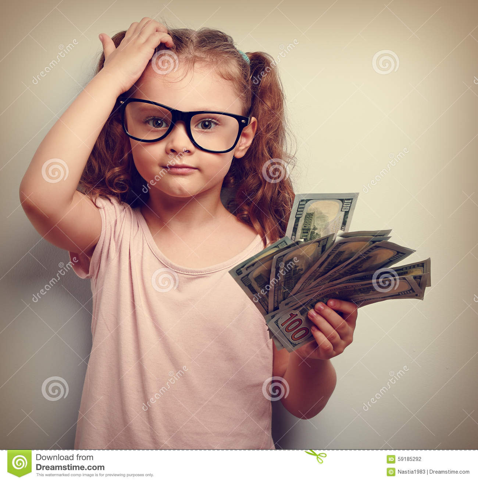 Kleiner Professor in den Augengläsern, die den Kopf, Geld halten verkratzen