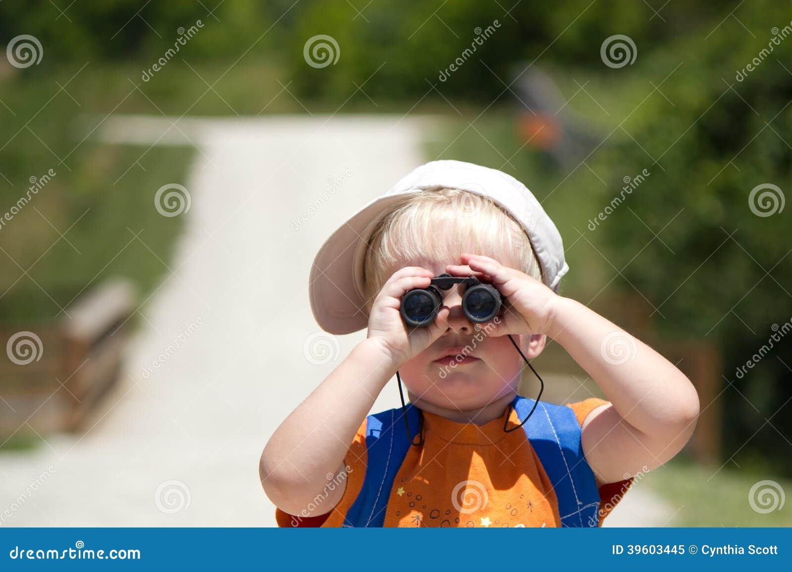 Kleiner suchender Junge, Suchen mit Ferngläsern
