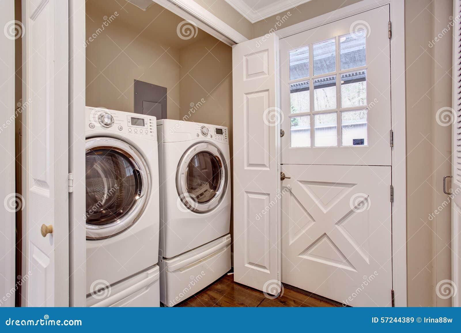 Kleiner wäschereibereich mit waschmaschine und trockner stockbild