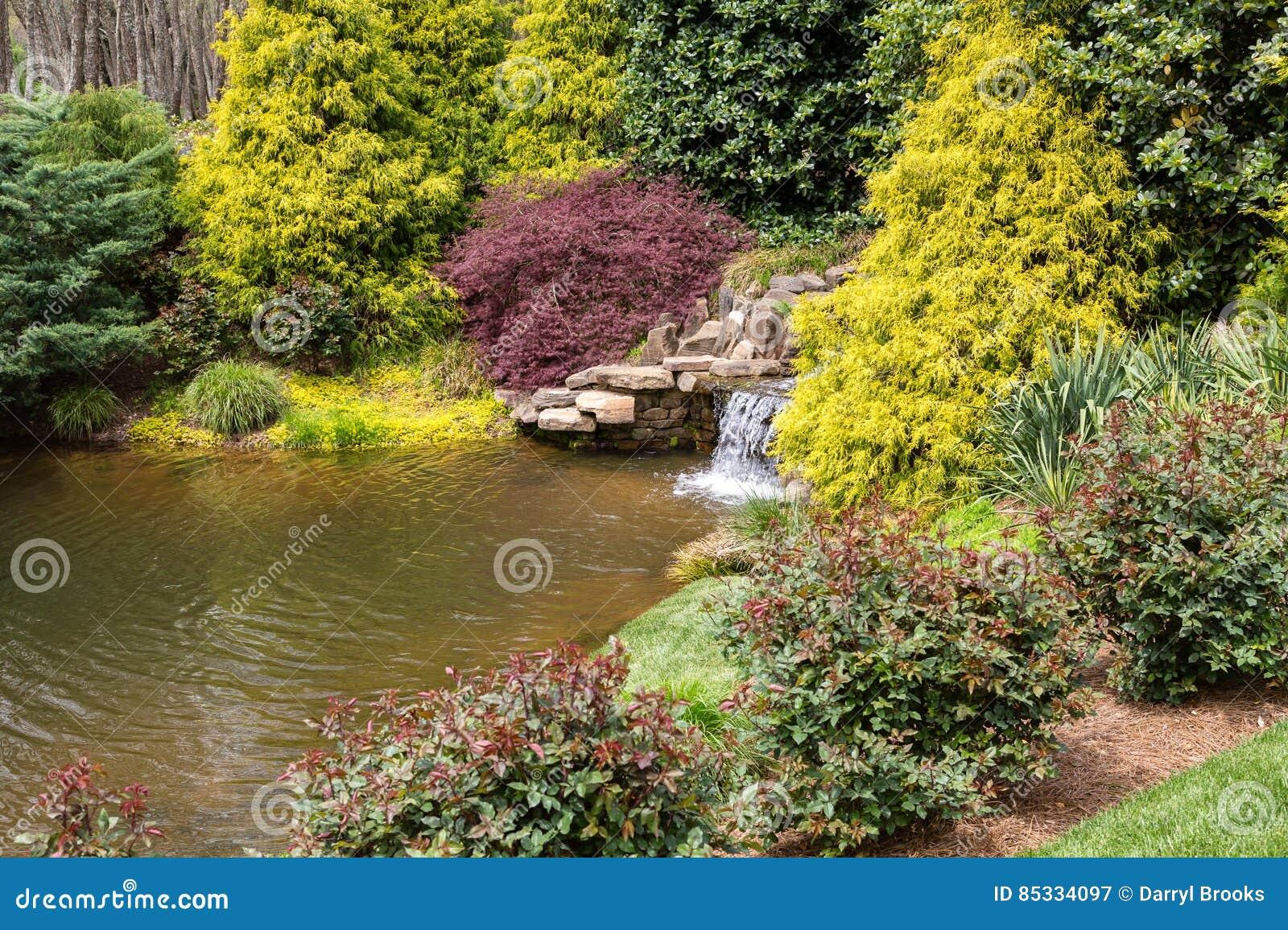 Kleiner Wasserfall Im Japanischen Garten Stockbild - Bild von baum ...