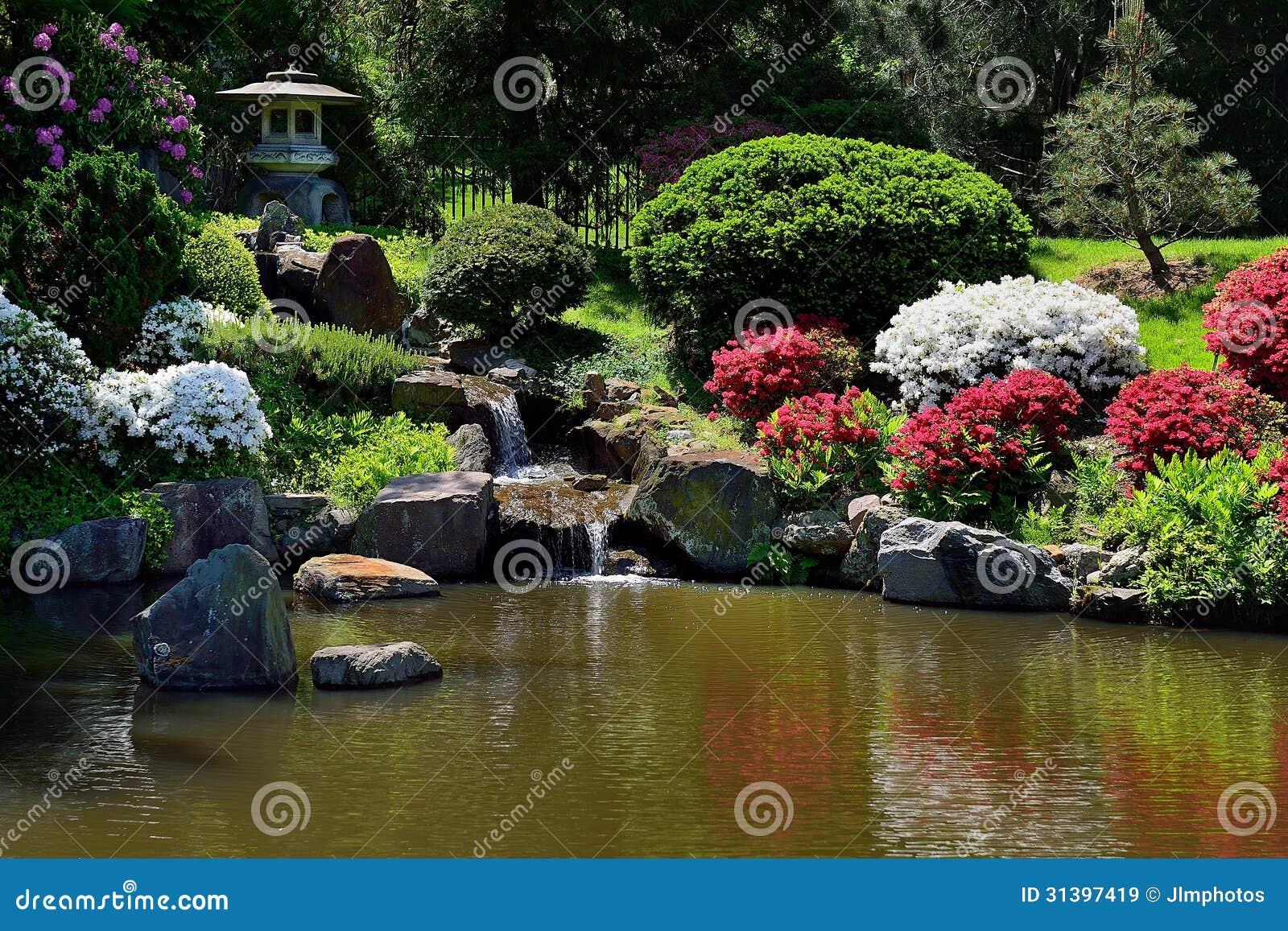Kleiner Wasserfallbrunnen Im Asiatischen Japanischen Garten ...