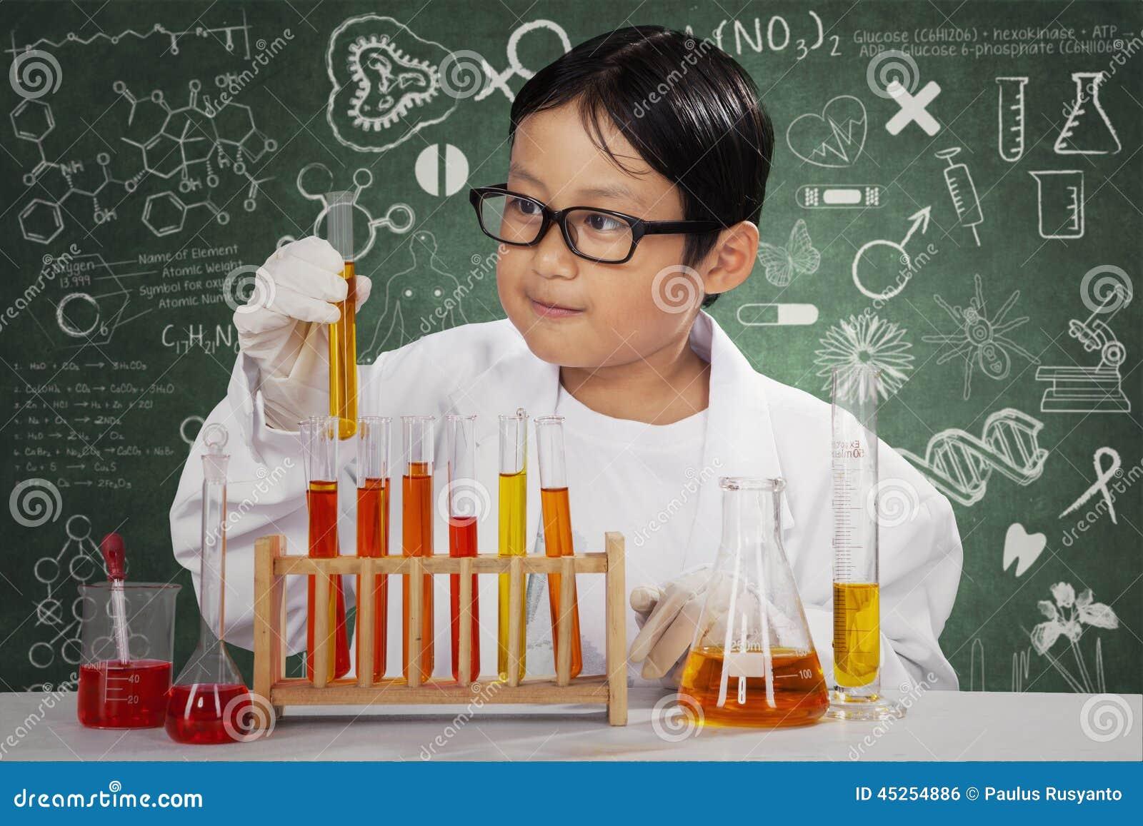 Kleiner Wissenschaftler mit Chemikalie im Labor