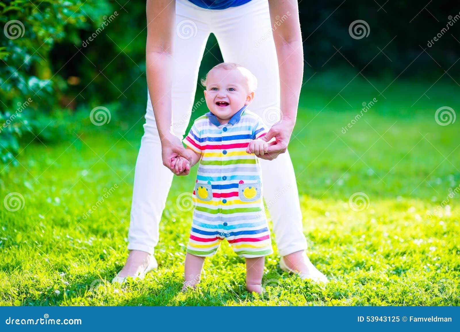 Kleines Baby, das erste Schritte macht