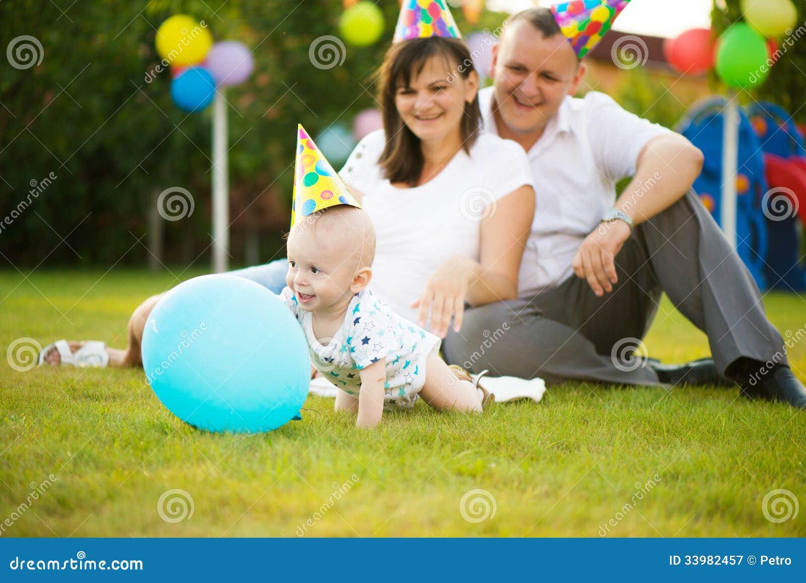 Kleines Baby in der Kappe auf seinem Geburtstag