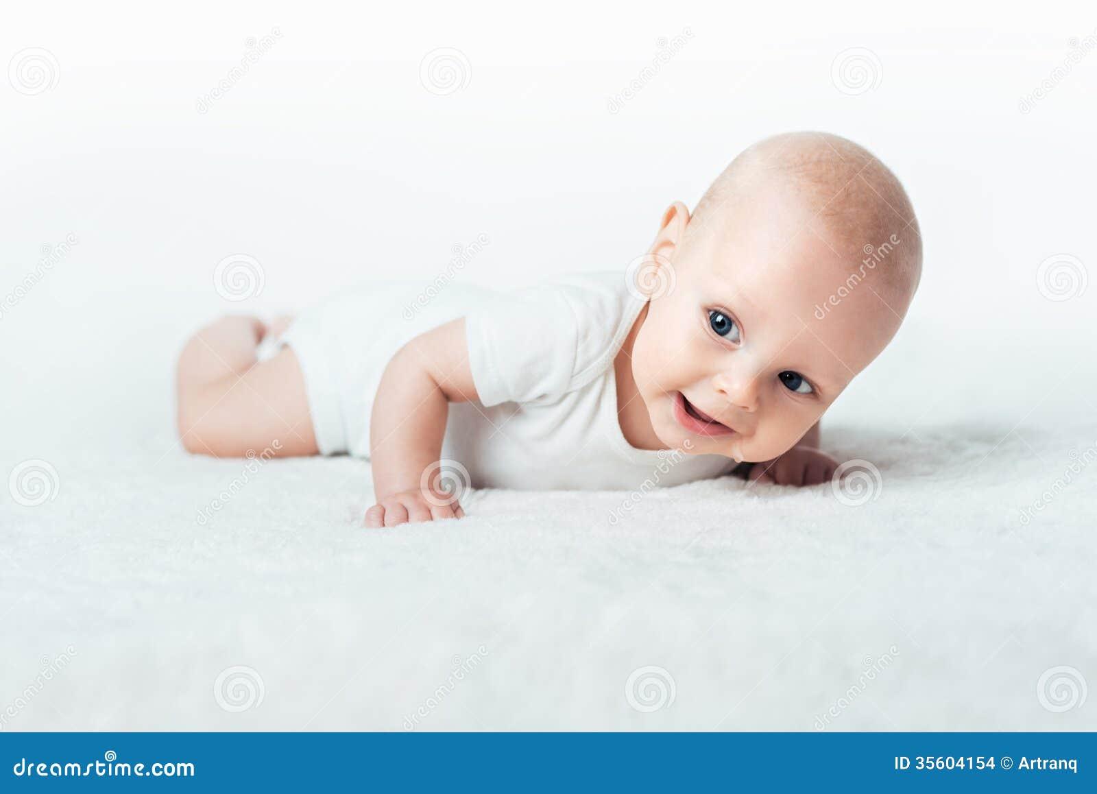 Kleines Baby Lächelt Auf Dem Teppich Stockbilder  Bild