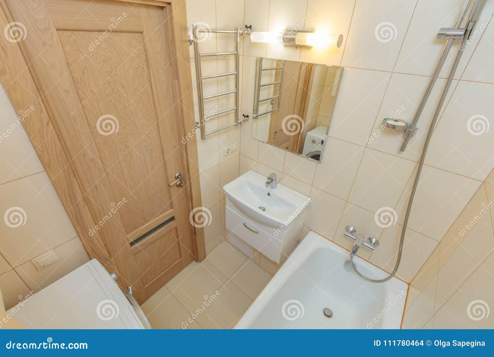 Kleines beige Badezimmer stockfoto. Bild von architektur - 111780464