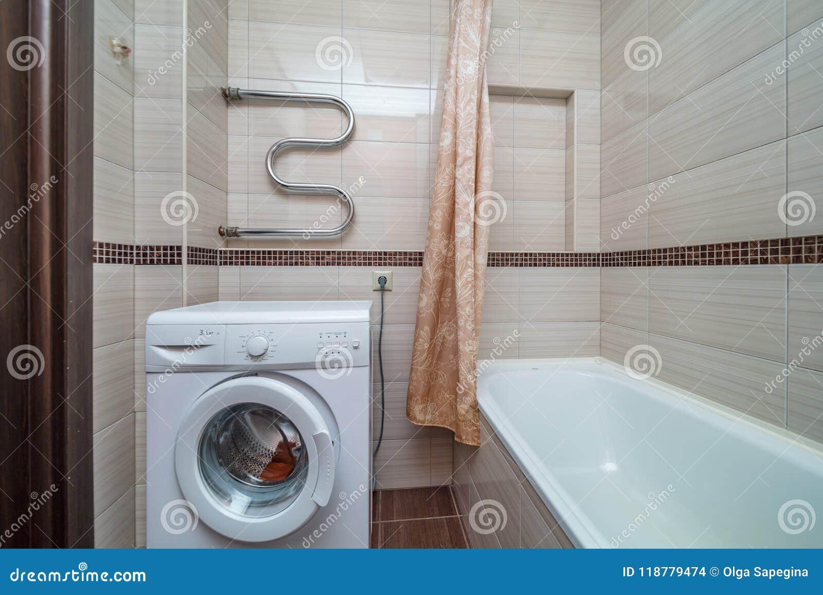 Kleines beige Badezimmer