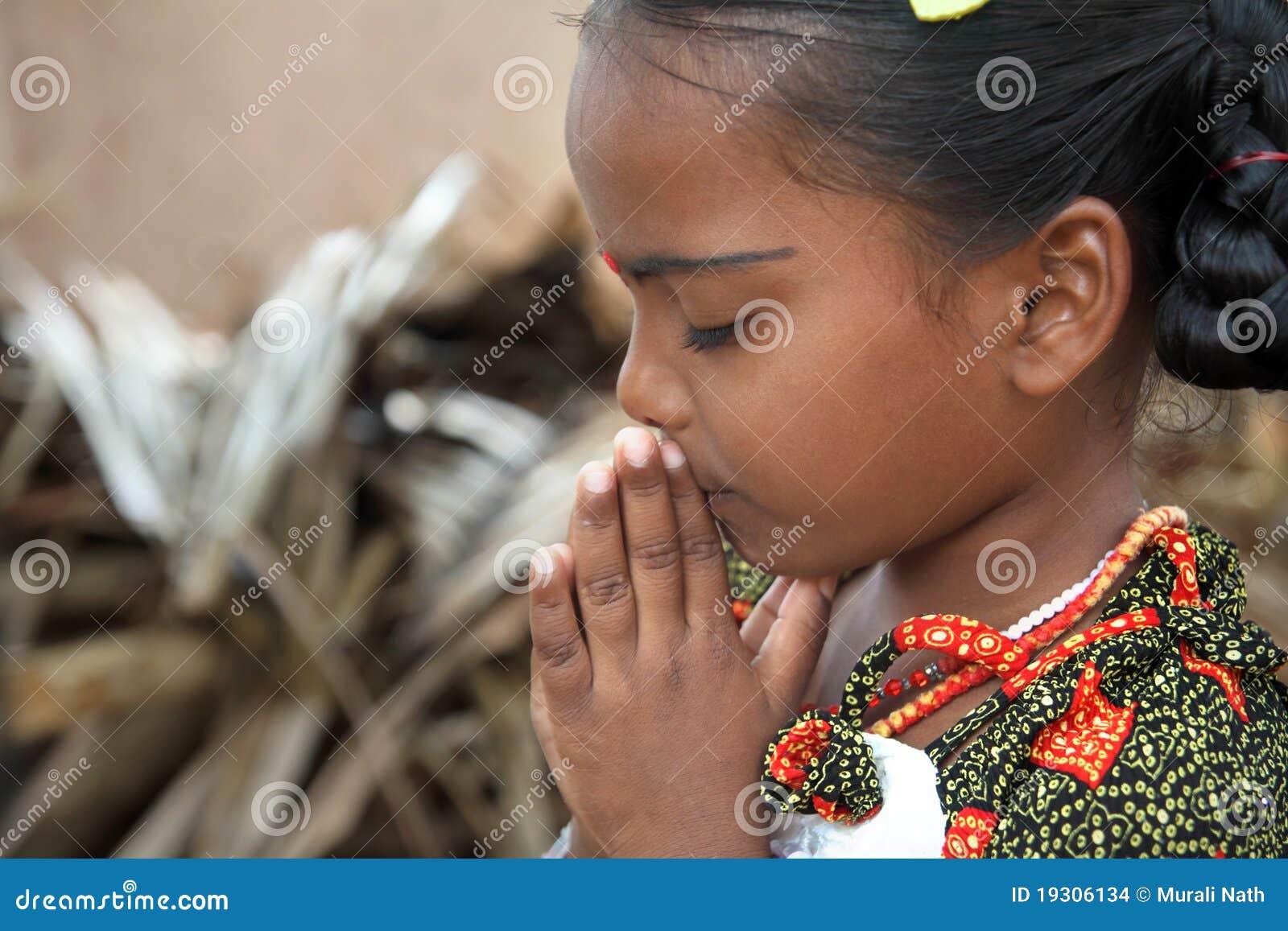 Kleines betendes Mädchen