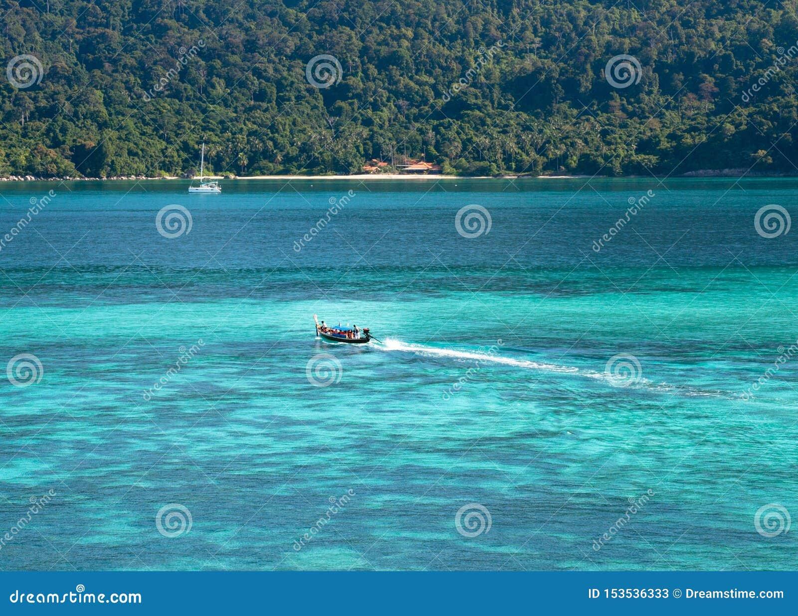 Kleines Boot mit blauem Meer