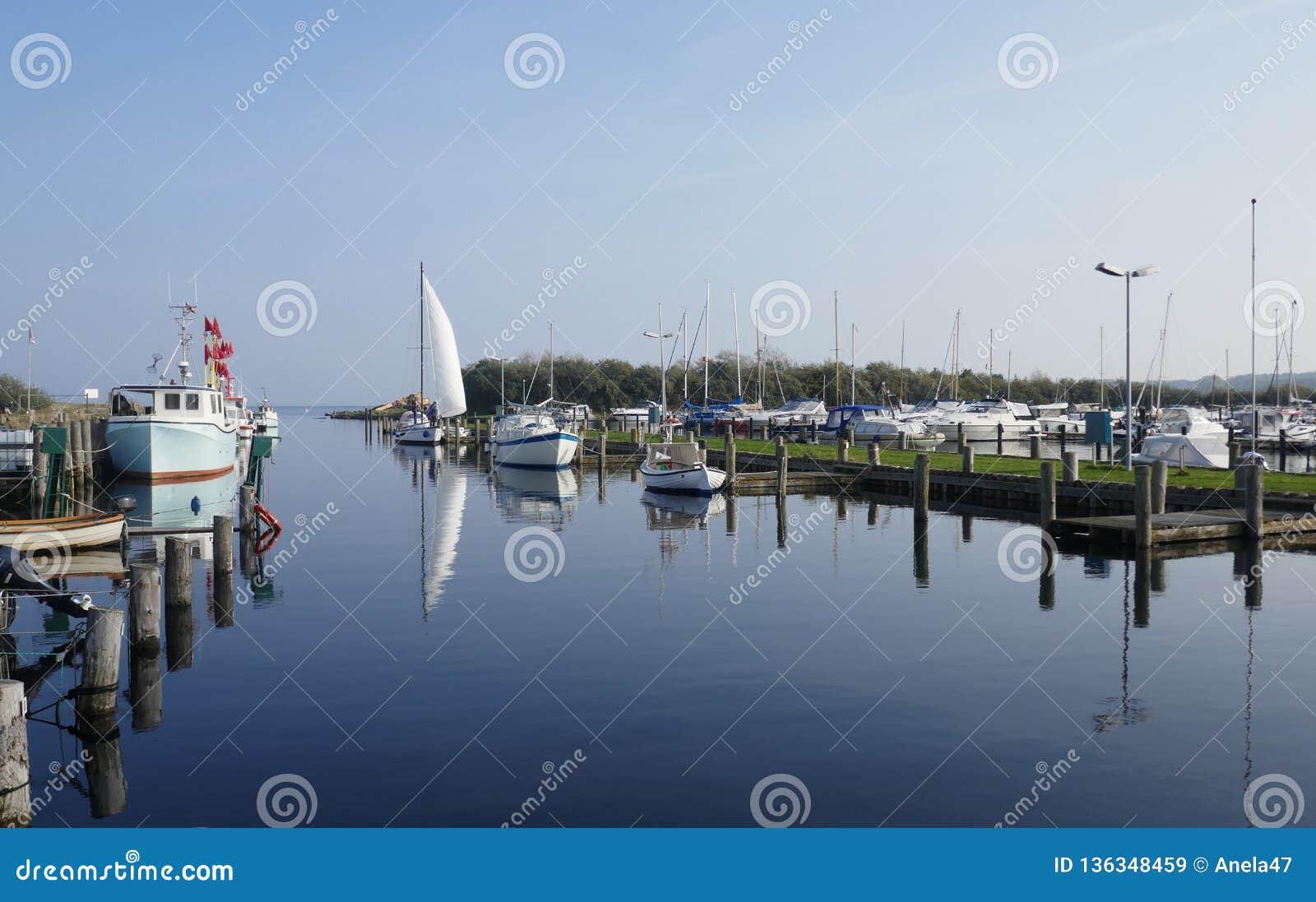 Kleines Boot und Fischereihafen auf der Ostsee