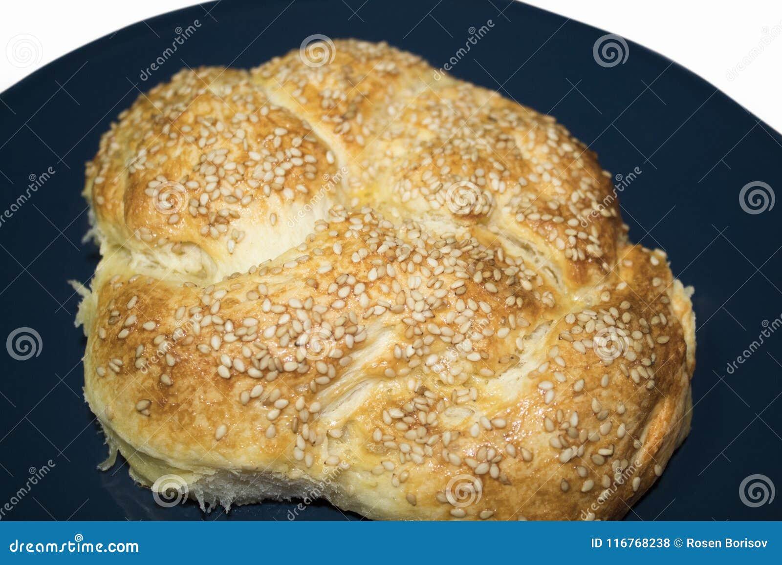 Kleines Brot backt mit indischem Sesam zusammen