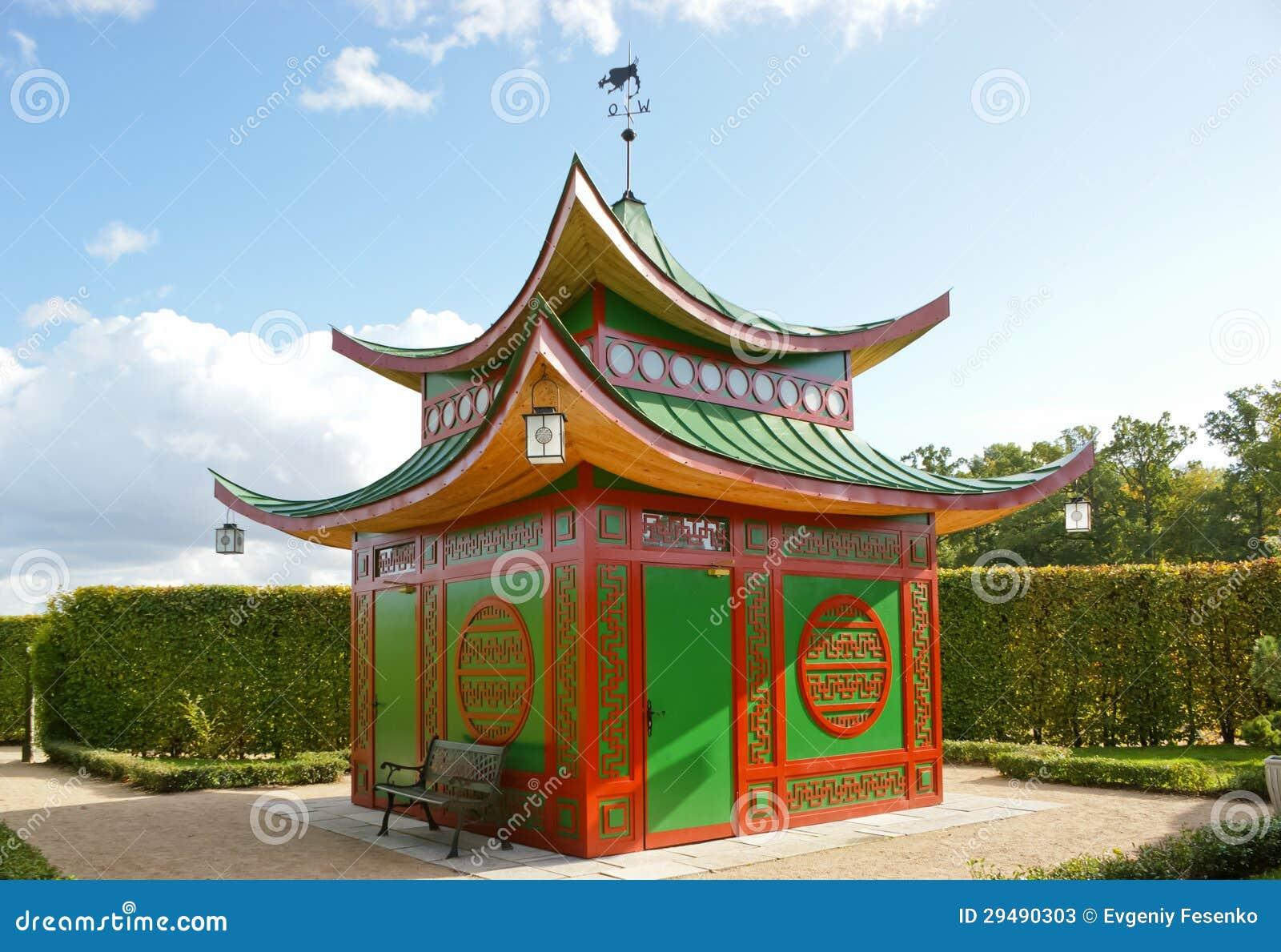 Kleines chinesisches haus stockbild bild von tracery for Traditionelles chinesisches haus