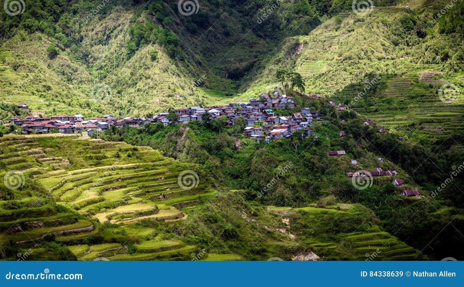 Kleines Dorf, das Abhang - Maligcong-Reisterrassen, Philippinen anhaftet