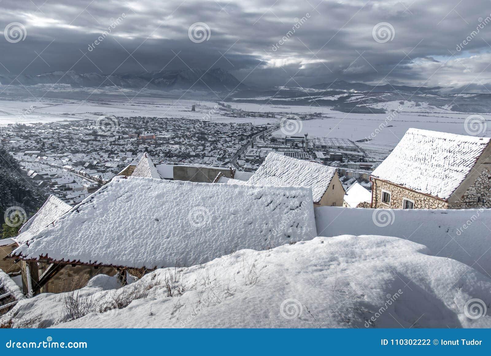 Kleines Dorf Rasnov der Wintermärchen in Rumänien