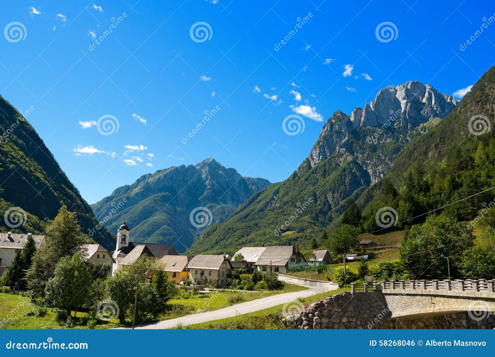 Kleines Dorf und Julian Alps - Slowenien