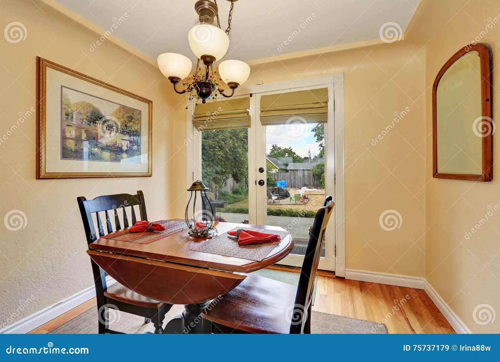 kleines esszimmer im alten amerikanischen haus stockbild bild von amerikanisch haupt 75737179. Black Bedroom Furniture Sets. Home Design Ideas