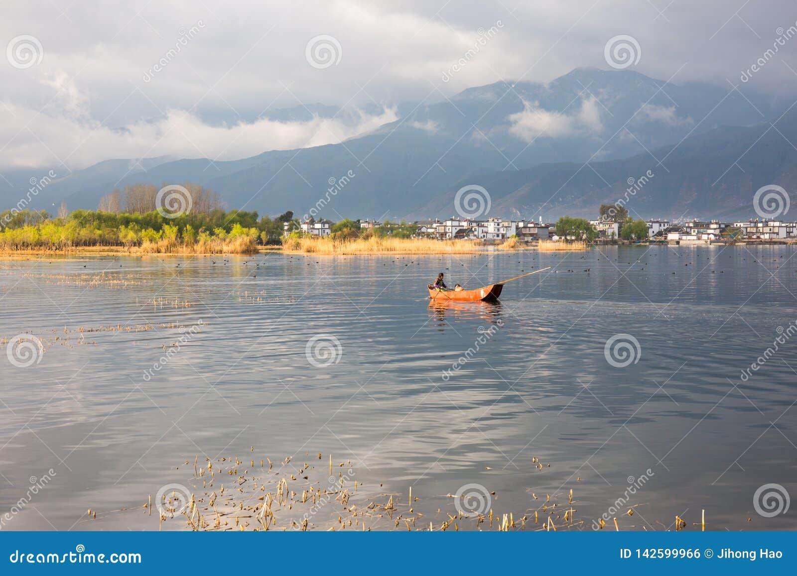 Kleines Fischboot im goldenen Sonnenlicht