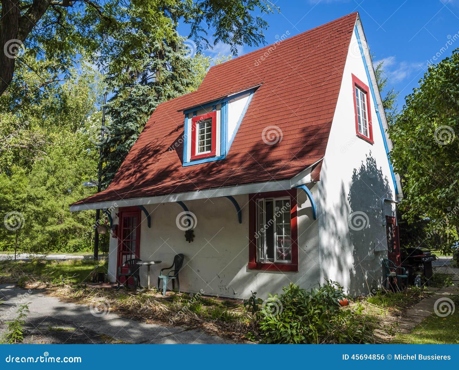 Kleines Haus stockfoto. Bild von grün, stein, landwirtschaftlich ...
