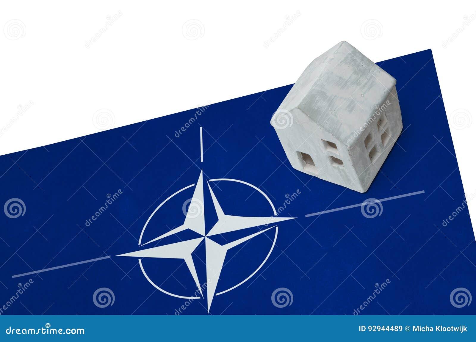 Kleines Haus Auf Einer Flagge - NATO Stockbild - Bild von ...