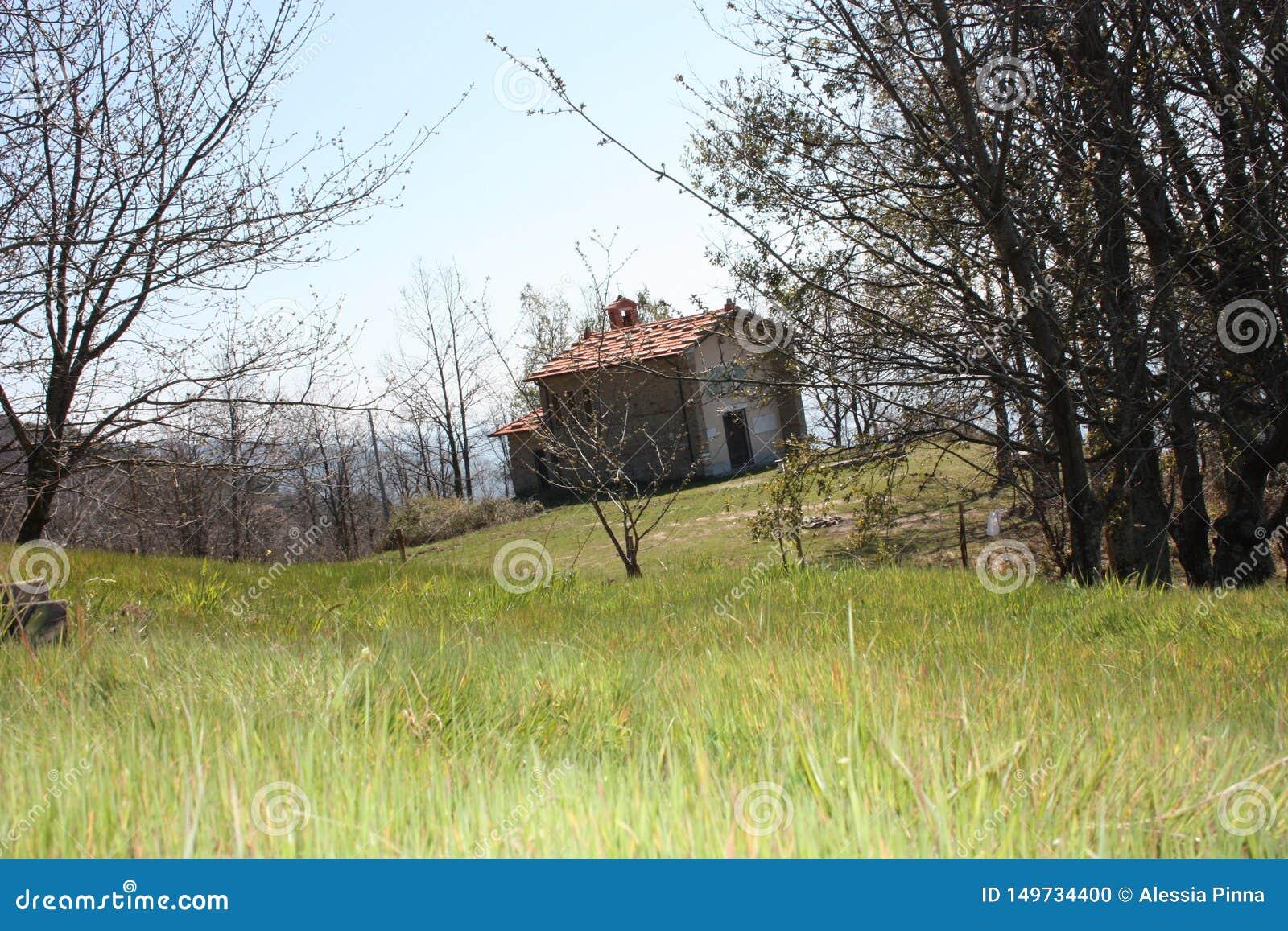 Kleines Haus in den Bergen verlassen in einer großen grünen Reinigung auf den Apuan-Alpen in Toskana, toskanischer Apennines