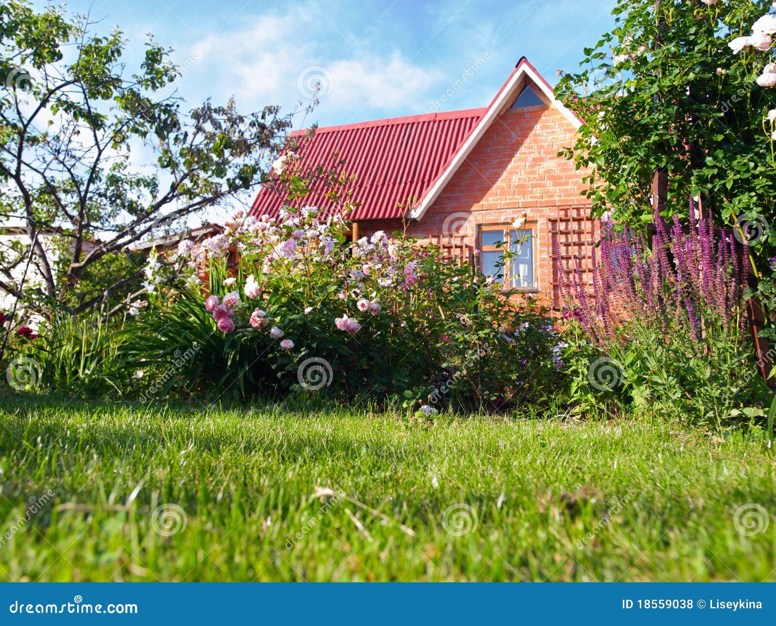 Kleines Haus In Einem Blumengarten Stockfoto - Bild von häuschen ...