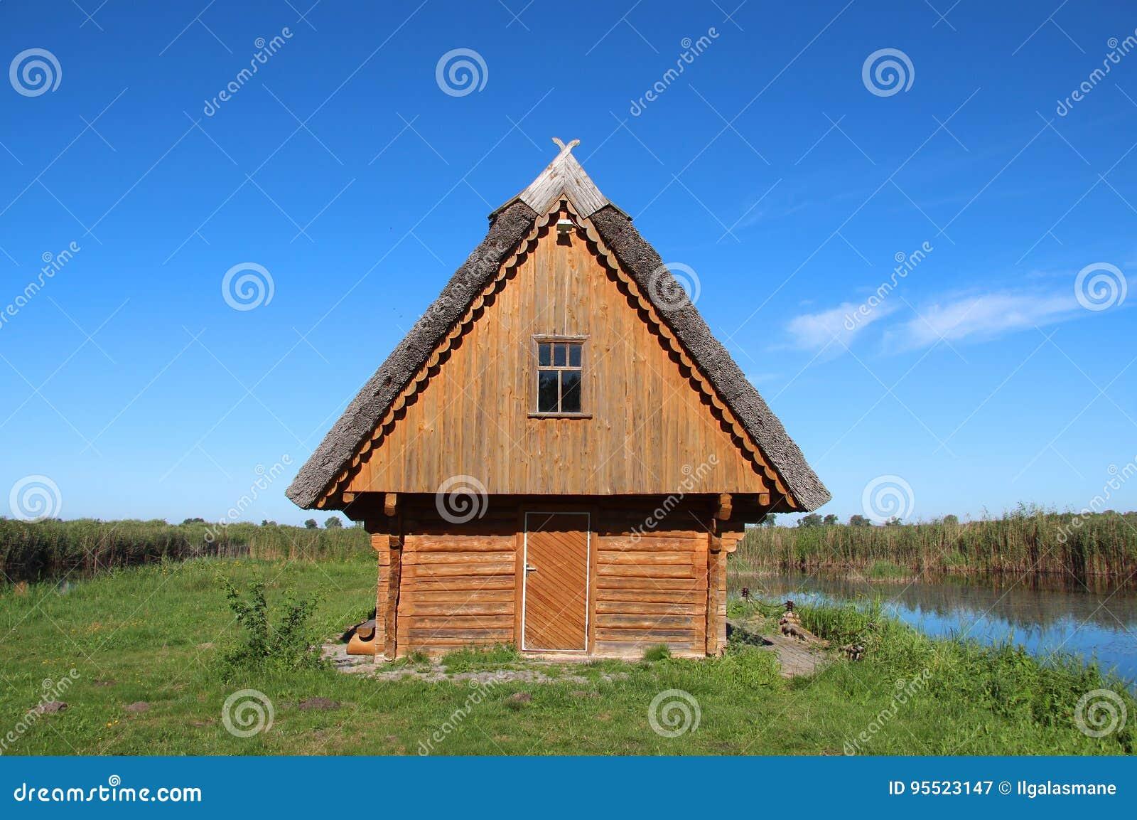 Kleines Holzhaus Auf Einem Grunen Feld Nahe Bei See
