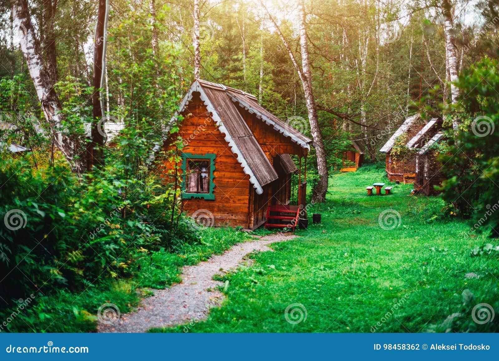 Kleines Holzhaus Im Sonnigen Wald Von Altai Bezirk Stockfoto