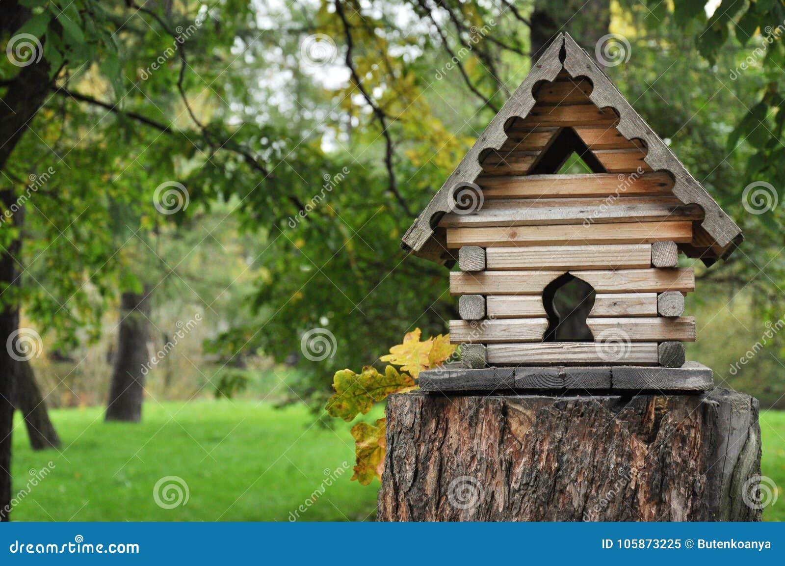 Kleines Holzhaus Im Wald Vogelzufuhren Stockbild Bild Von