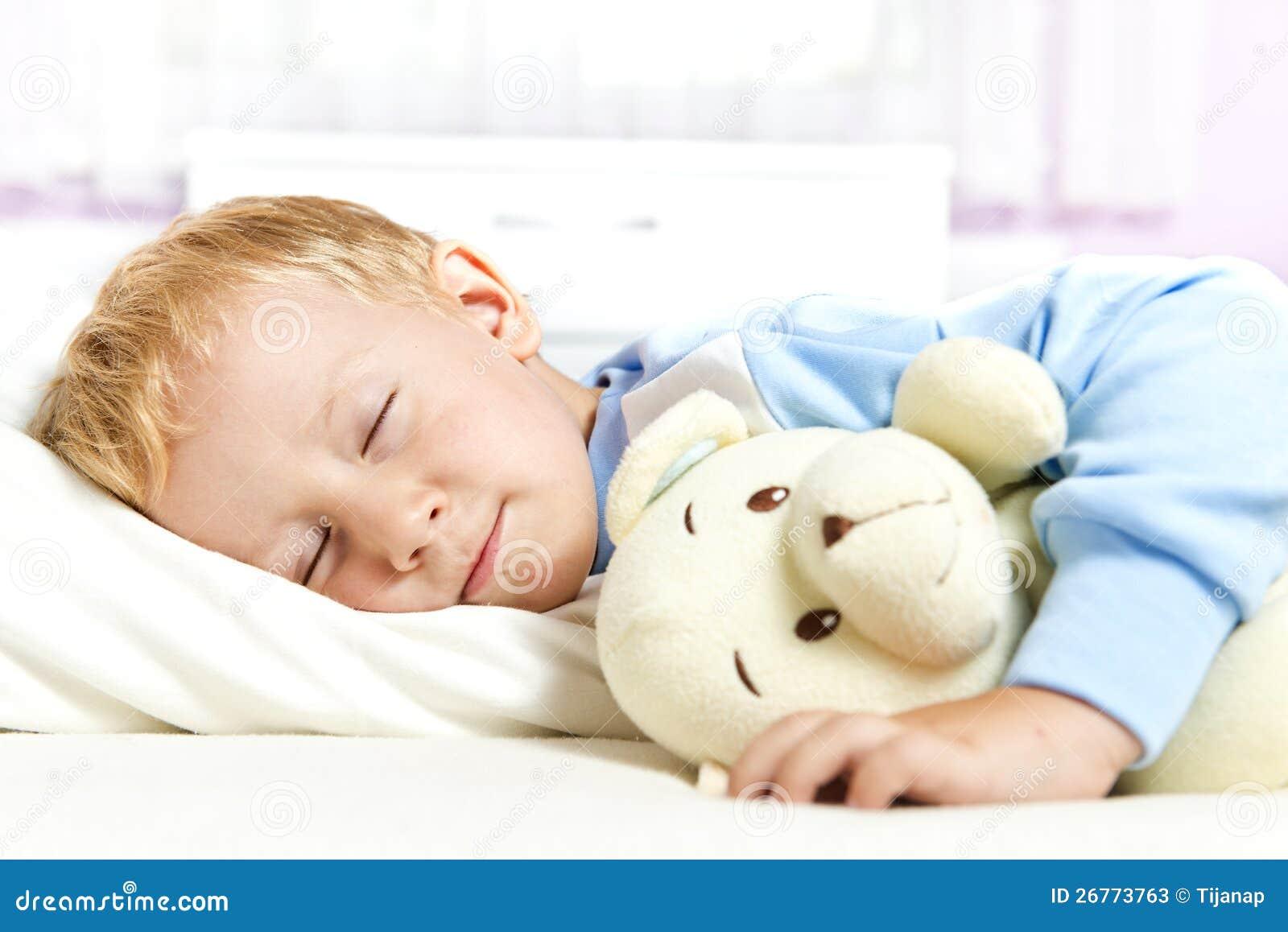 kleines kind das im bett schl ft stockfotos bild 26773763. Black Bedroom Furniture Sets. Home Design Ideas