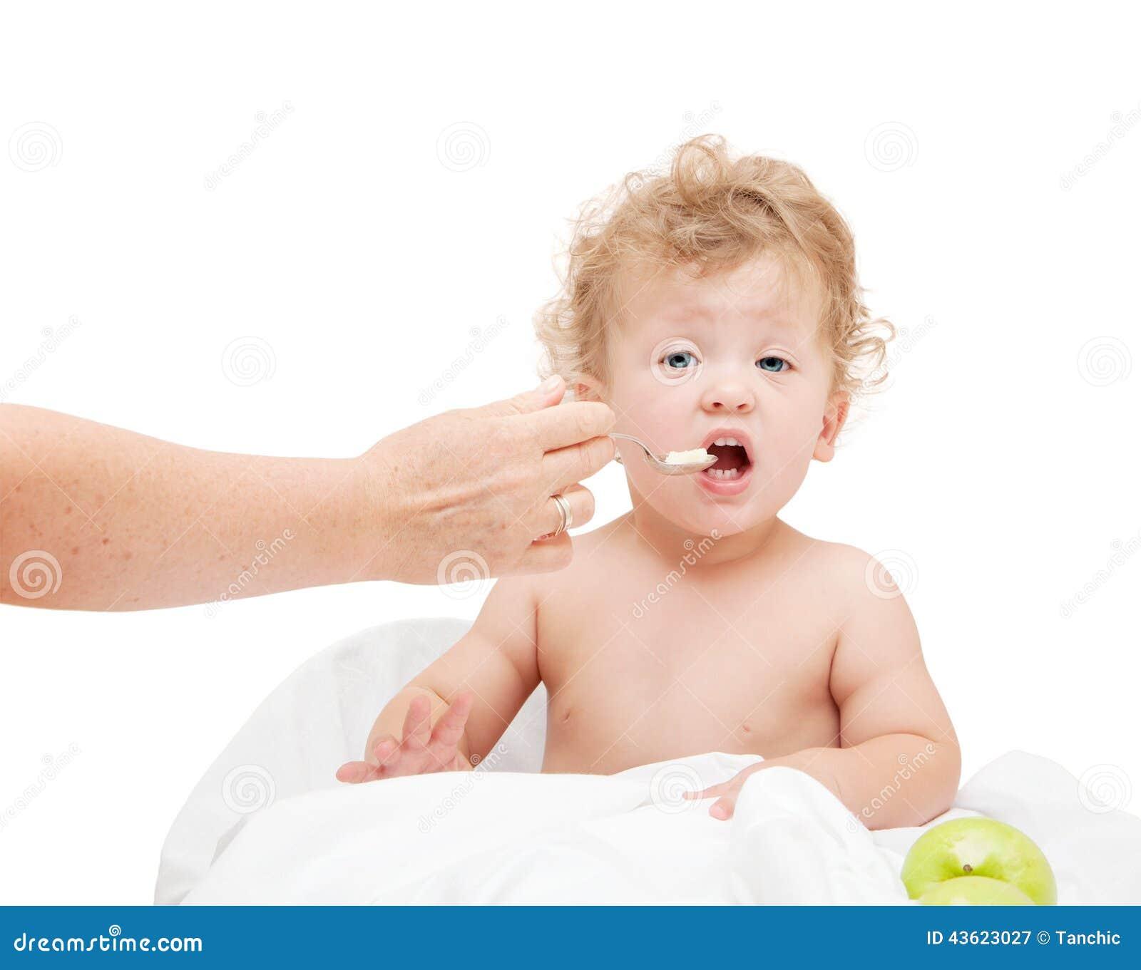 Kleines Kind Mit Dem Gelockten Haar Die Mutter Zieht Mit Löffel Ein