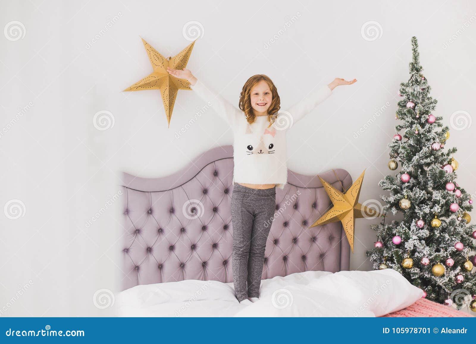 Kleines Mädchen auf Weihnachtsmorgen im Hauptinnenraum