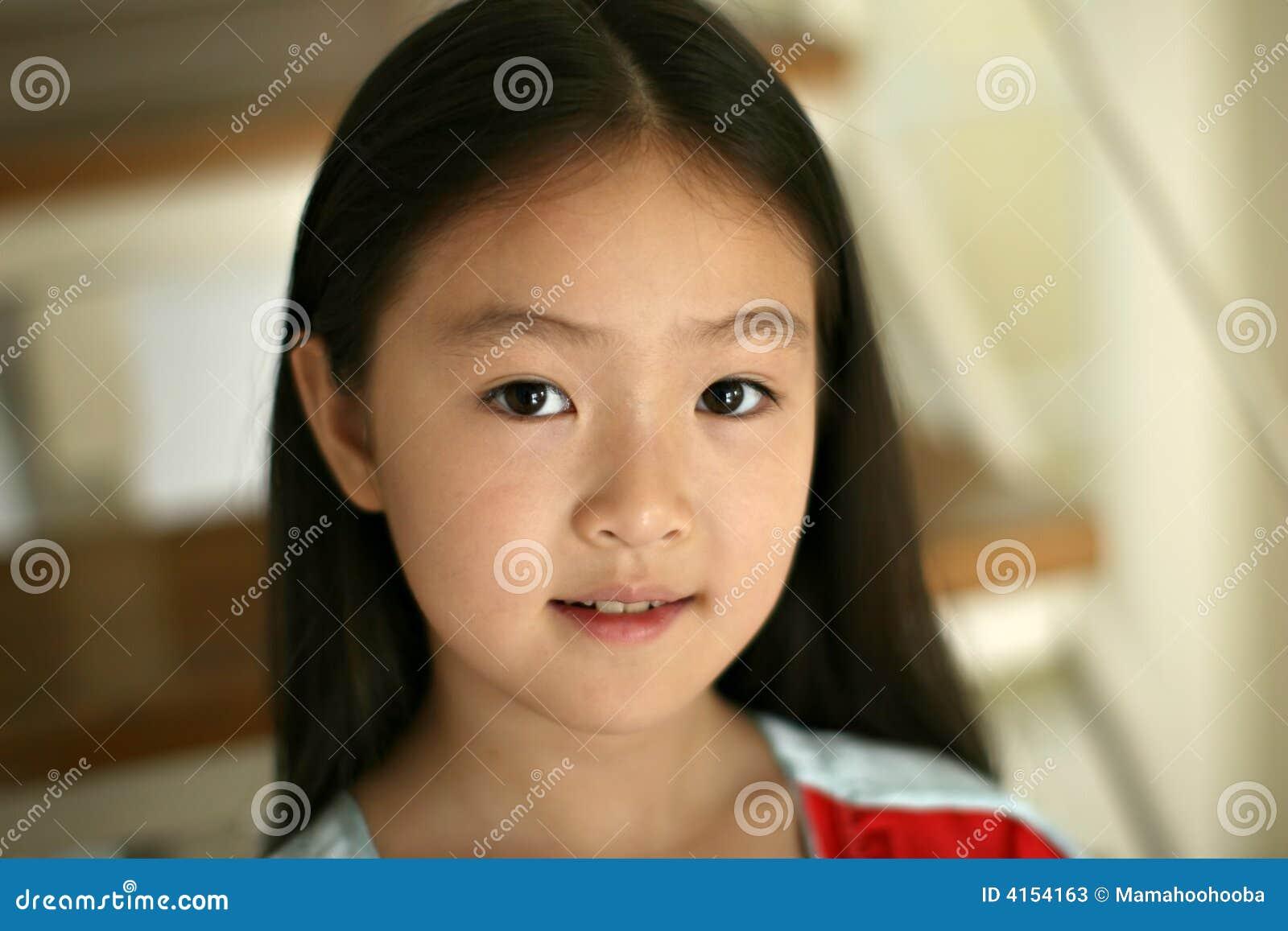 Kleines Mädchen, das auf Treppen sitzt